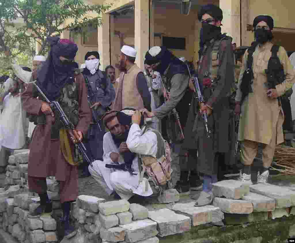 САД - Шефот на американската одбрана пред сенаторите рече дека првичните резултати од мировниот договор се Талибанците се измешани, но инсистираше дека екстремистичката група се придржува до договорот и покрај насилствата во Авганистан.