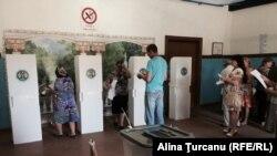 Процес голосування на одній з виборчих дільниць у Молдові, 14 червня 2015 року