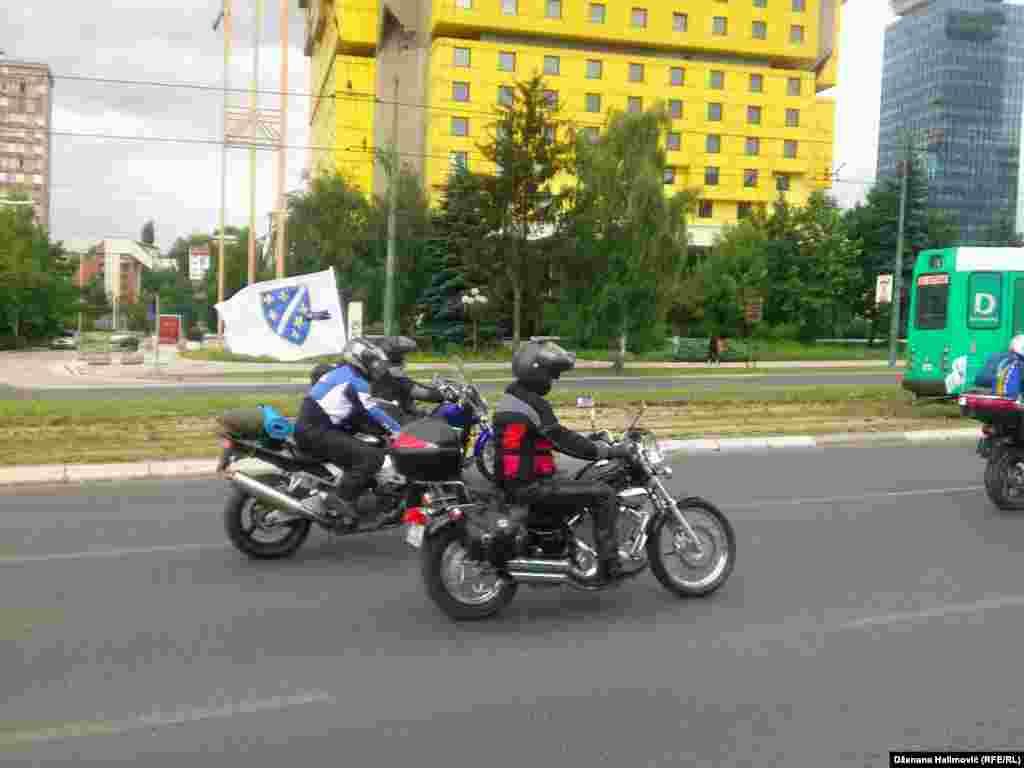 Накануне траурной даты боснийские байкеры устроили мотопробег в память о событиях 11 июля 1995 года.