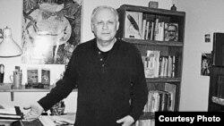 Дмитрий Бобышев в своем кабинете