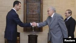 فیصل میکداد، وزیر خارجه سوریه (راست) و بشار اسد، رئیس جمهور سوریه