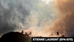 Pompieri încercând să stingă un alt incendiu din octombrie, California
