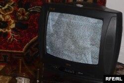 Жіңішке ауылының тұрғындары телеарналарды осылай көреді. Оңтүстік Қазақстан облысы, Қазығұрт ауданы, 2 қазан 2009 жыл. (Көрнекі сурет)
