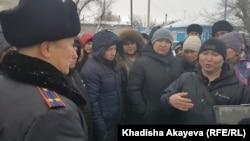 Владельцы машин с иностранными номерными знаками, пришедшие на встречу в Семее. Восточно-Казахстанская область, 18 января 2020 года.