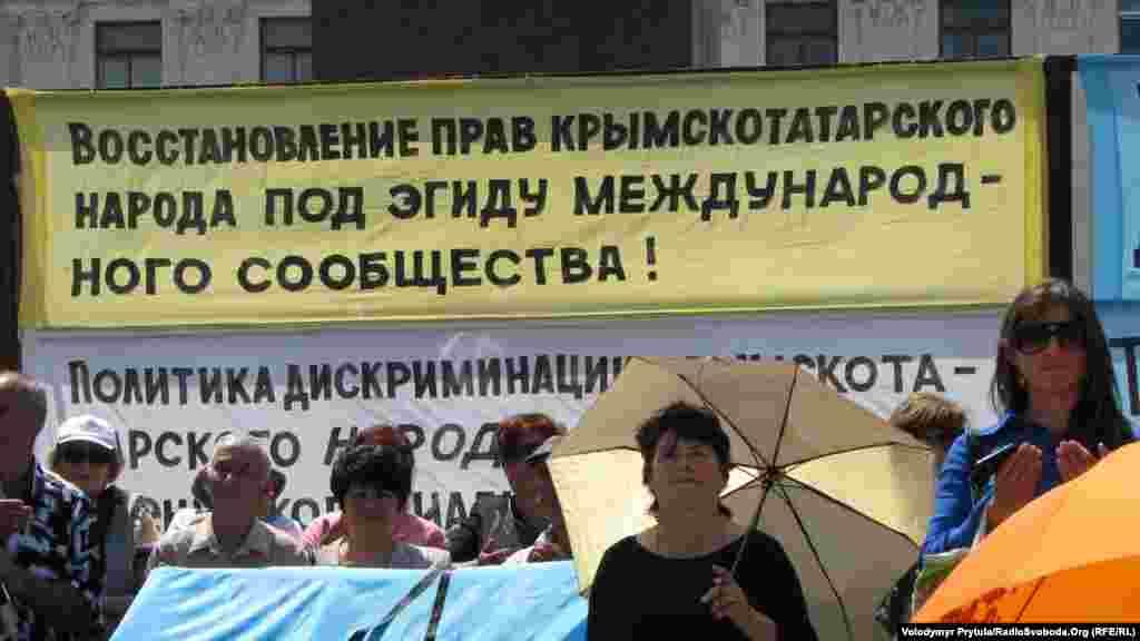 Учасники мітингу закликали українське керівництво забезпечити проведення в 2012 році Міжнародного форуму з питань відновлення прав кримськотатарського народу в Україні