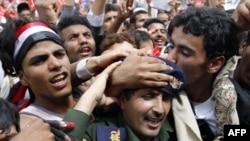 В Йемене оппозиционеры приветствуют перешедшего на их сторону солдата