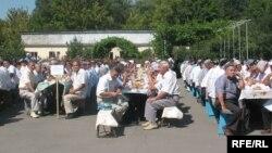 Уйгуры Казахстана проводят поминальный обед по погибшим в событиях в Синьцзяне. Алматы, 13 августа 2009 года. Иллюстративное фото.