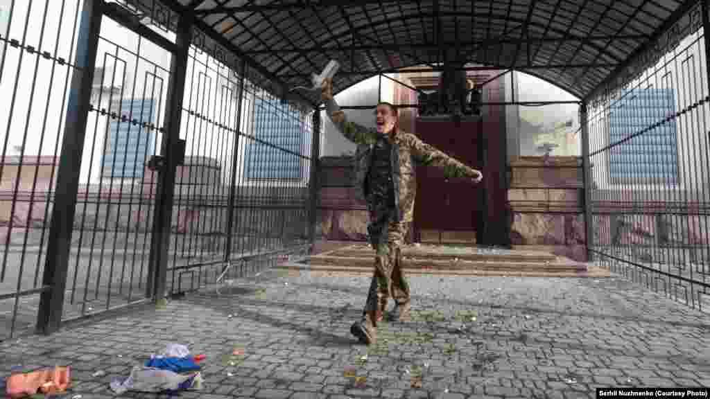 Подолавши паркан, чоловіки у камуфляжі взяли цеглу і розбили скло на вході в посольство
