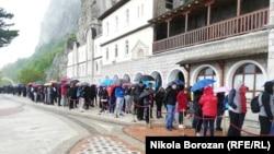 Vjernici u redu ispred manastira Ostrog