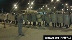 Қайрат Нұртас қатысқан концерттен соң «Прайм Плаза» сауда орталығы аумағын қоршап тұрған арнайы жасақ. Алматы, 31 тамыз 2013 жыл.