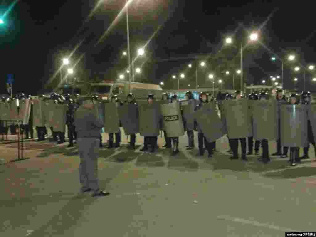 В августе сорван концерт с участием эстрадного певца Кайрата Нуртаса в торгово-развлекательном центре «Прайм Плаза» в Алматы, начались массовые беспорядки с погромом и столкновением с полицией. Для наведения порядка были вызваны военные.
