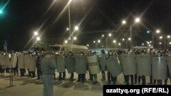 """Специальный отряд полиции на территории торгового центра """"Прайм плаза"""". Алматы, 31 августа 2013 года."""