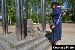 Хибакуся в 3 поколении (внучка жертв бомбардировки) возлагает цветы у Колокола Нагасаки