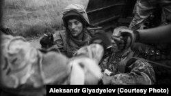 Український військовий біля Іловайська (фото Олександра Глядєлова)