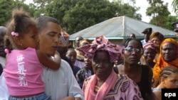 Obama Keniyadagi qarindoshlari davrasida.