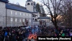 Nalaganje badnjaka u organizaciji Srpske pravoslavne crkve ispred Cetinjskog manastira, 6. januar