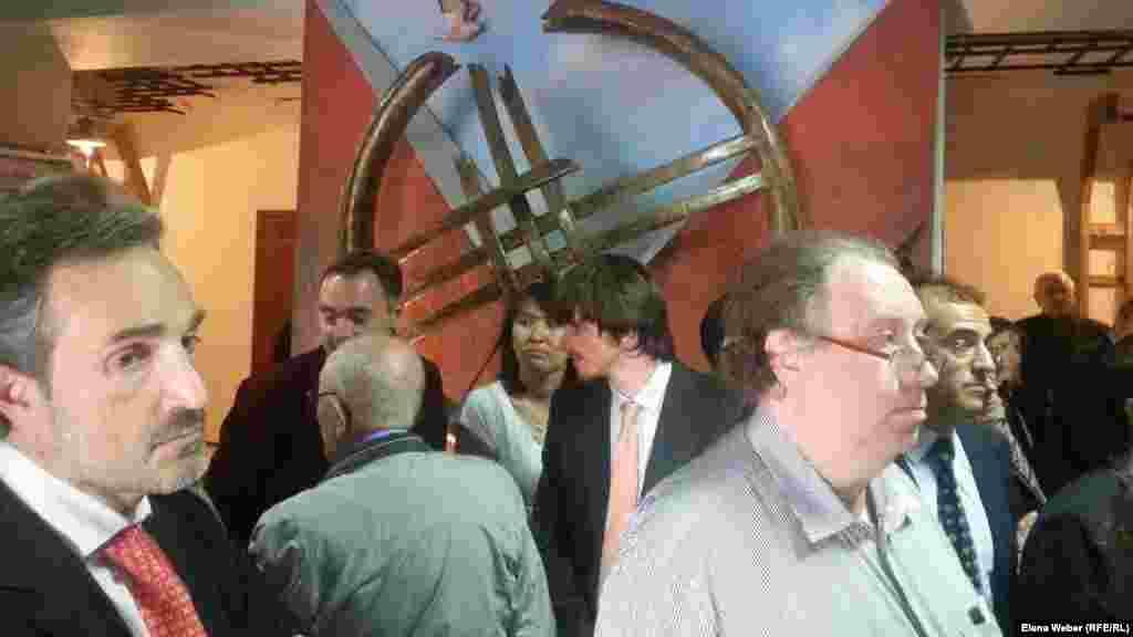 Делегация из Испании рассматривает новую экспозицию в музее памяти жертв политических репрессий. К их приезду организовали специальную выставку, посвященную репресированным испанцам. Экскурсию для делегаций из Испании и Эстонии провели после того, как разошлись посетители.