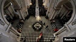 Гроб с телом Маргарет Тэтчер привезли в собор Святого Павла. Лондон, 17 апреля 2013 года.