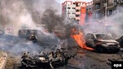 Пожежники працюють на місці вибуху бомби, ціллю якої був конвой єгипетського генерального прокурора, Каїр, 29 червня 2015 року
