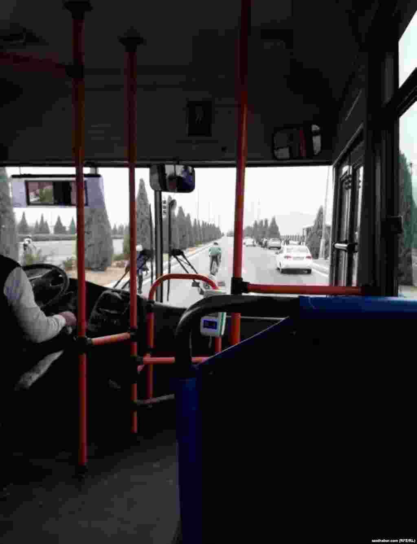 Автобусы являются единственным видом общественного транспорта в Ашхабаде.