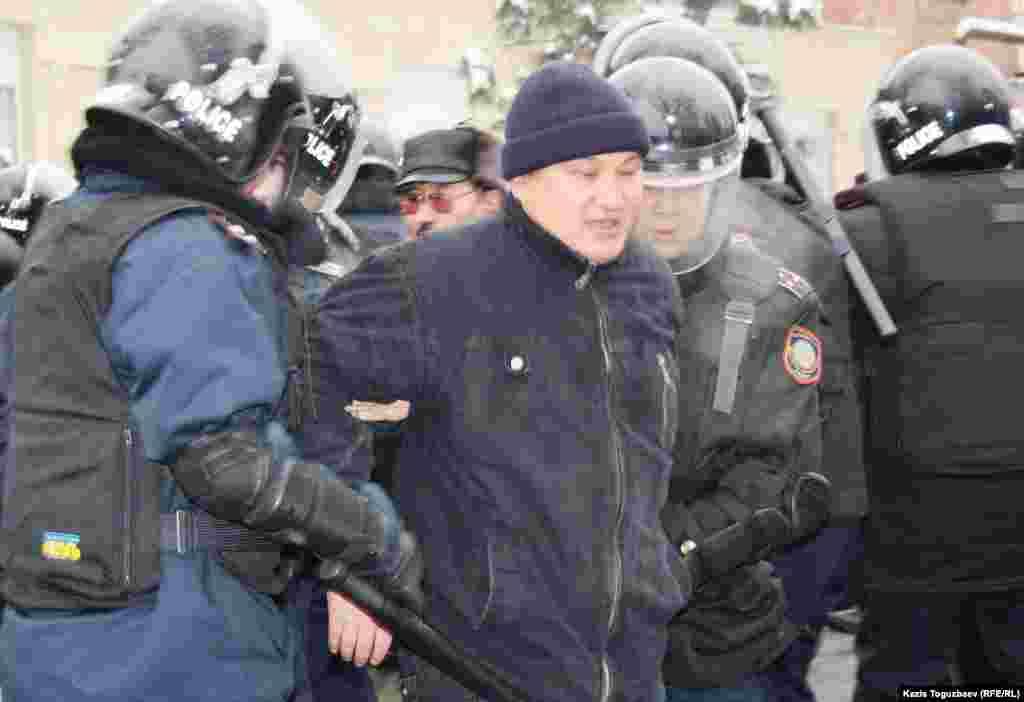 Полицейские задерживают людей, решивших выразить протест действиям властей в Жанаозене.