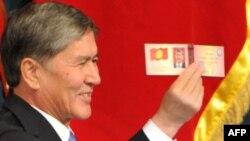 Алмазбек Атамбаев ант берүү аземинде президенттик күбөлүктү алган учуру, 1-декабрь, 2011.