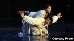 Театарската претстава Ромео и Јулија во режија на Дејан Пројковски. Фото: Роберт Атанасовски.
