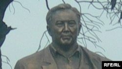 Памятник Назарбаеву на территории культурно-этнографического комплекса «Рух-Ордо имени Чингиза Айтматова» на берегу Иссык-Куля. Чолпон-Ата, Кыргызстан, июнь 2007 года.