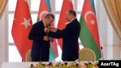 İlham Əliyev Recep Tayyip Erdoğan-a «Heydər Əliyev» ordeni təqdim edir