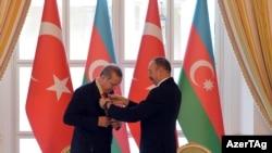 Турскиот претседател Реџеп Таип Ердоган со азербеџанскиот претседател Илхам Алијев во Баку.