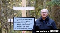 Ян Дзяржаўцаў каля крыжа на месцы расстрэлаў