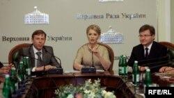 Сергій Соболєв, Юлія Тимошенко і Григорій Немиря під час засідання опозиційного уряду, березень 2010 року