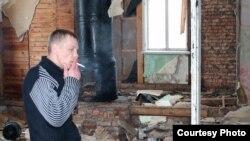 Вадзім Рабцаў – у бацькоўскай хаце і тым самым швэдры, у якім выйшаў з калёніі