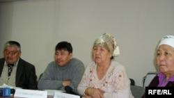 Группа людей, которые обвиняют Масимов-старшего в обмане, на пресс-конференции. Алматы, 8 декабря 2009 года.