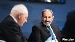 Премьер-министр Армении Никол Пашинян (слева) участвует в дискуссии «Формируя будущее демократии», Давос, 23 января 2019 г.