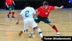 Уладзімер Жыгалка адбірае мяч у партугальскага гульца падчас матчу па футзале ў сакавіку 2012 году. Фота ©Shutterstock