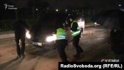 Поліція штовхає авто, яке заблокувало машину «Схем» біля VIP-терміналу аеропорту «Київ»