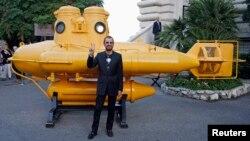 """Ringo Starr, membru istoric al grupului Beatles, cu un """"submarin galben"""", după ce a primit decorația """"Insigne de Commandeur de l'ordre des Arts et Lettres"""" în Monaco, pe 24 septembrie 2013."""