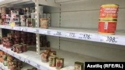 В магазинах наблюдается повышенный спрос на продукты с долгим сроком хранения: муку, крупу, консервы, а также туалетную бумагу