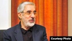 میرحسین موسوی همراه با همسرش زهرا رهنورد از بهمن سال ۱۳۸۹ در حصر خانگی است.