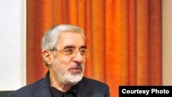 آقاى موسوى كه از معترضان به نتيجه انتخابات دهم رياست جمهورى در روز ۲۲ خرداد است، در بيانيه روز يكشنبه خود از مردم ايران به عنوان يك «ملت بزرگ» ياد كرد که به گفته او، «نمى نشيند تا در روز روشن رايش را ببرند و هيچ نگويد.»