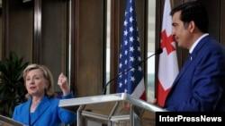 ჰილარი კლინტონი,აშშ-ის სახელმწიფო მდივანი (მარცხნივ) და მიხეილ სააკაშვილი, საქართველო პრეზიდენტი
