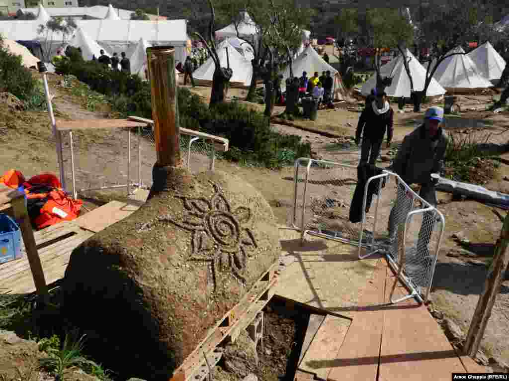 In addition to phone-charging stations and a compost-powered water heater, there'sa wood-fired ovenin the camp. The volunteersuse it forpizzas, while the migrants make Middle Eastern flatbread.