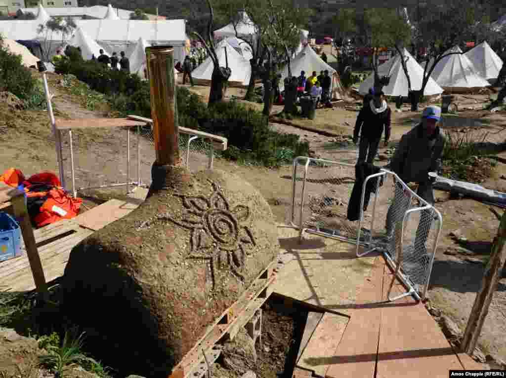 У таборі, крім станції підзарядки мобільних телефонів і водонагрівача, є кілька дров'яних печей. Волонтери печуть в них піци, а біженці – свої плоскі коржі