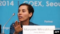 Maryam Mirzakhani, Cənubi Koreyada Fields Medals mükafatının təqdimatında sonra mətbuat konfransında. Seul 13 avqust 2014