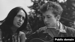 Август 1963: Боб Дилан (справа) не пошел дальше Юрия Шевчука?