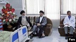 زمانی که وی در بیمارستانی در تهران بستری بود، آیت الله علی خامنه ای، رهبر جمهوری اسلامی ایران برای عیادت از وی به بیمارستان رفت تا با عبدالعزیز حکیم ملاقات کند.