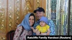 نازنین زاغری-رتکلیف به همراه همسر و فرزندش