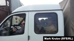 Мигрантов везут для работ по обустройству нового депортационного лагеря в Москве