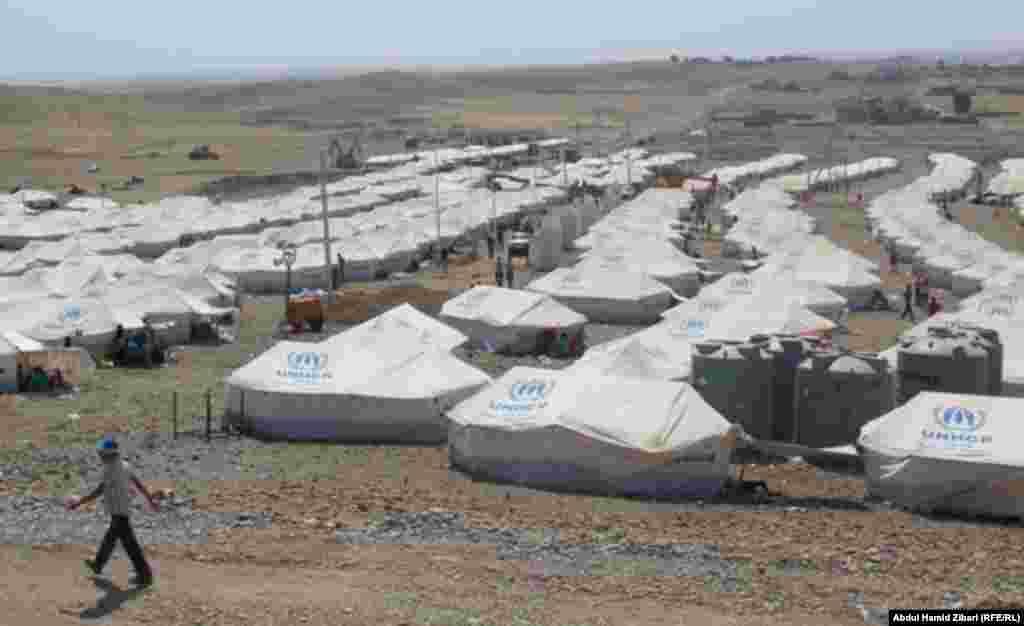 По данным турецких средств информации, в лагерях беженцев на сегодняшний день находятся до полумиллиона сирийцев